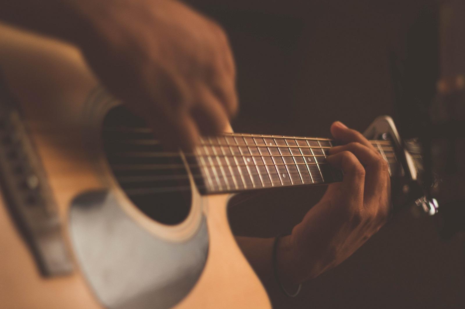 http://www.lakeshorecountryclub.com/uploads/slides/139605_acoustic-guitar.jpg