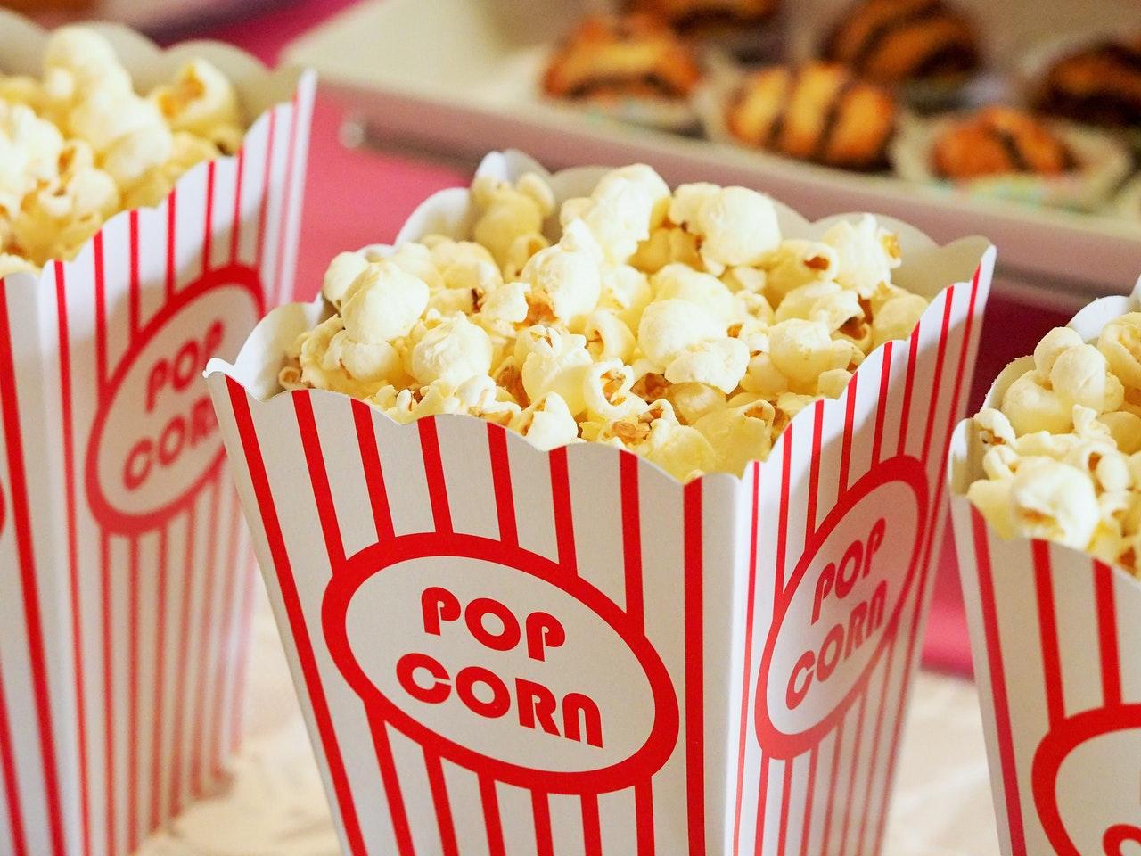 http://www.lakeshorecountryclub.com/uploads/slides/612406_popcorn-movie-party-entertainment.jpg